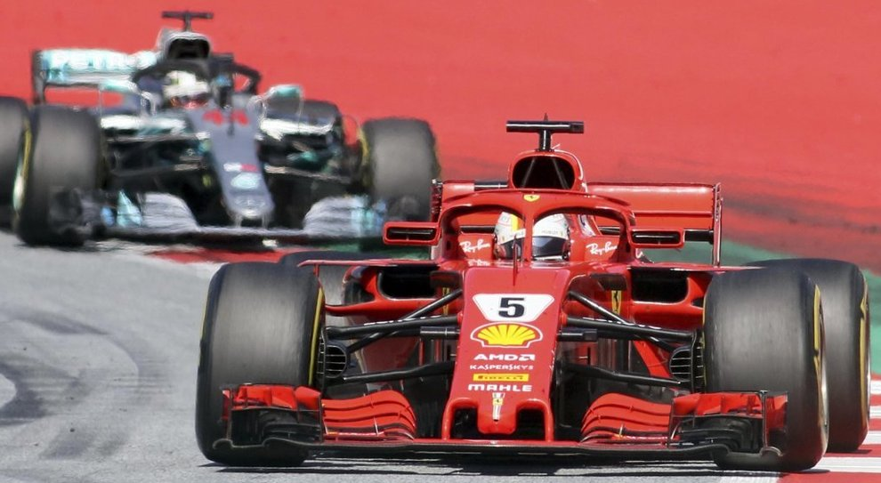 La Ferrari SF71H di Sebastian Vettel precede la Mercedes W09 si Lewis Hamilton a Zeltweg