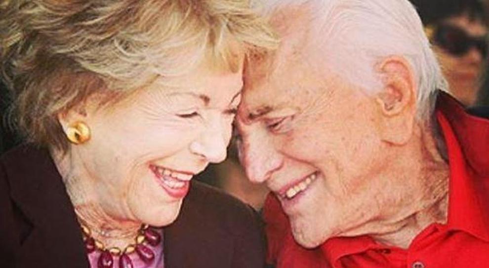 65 Anniversario Di Matrimonio.Kirk Douglas E Anne Buydens Festeggiano 65 Anni Di Matrimonio I