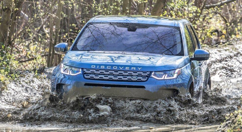 La rinnovata Land Rover Discovery Sport in fuoristrada