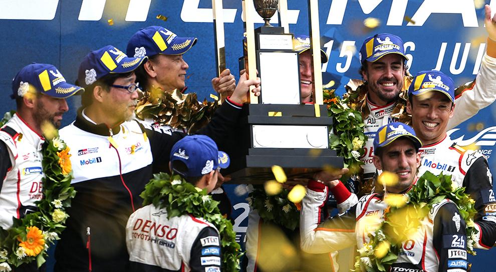 Fernando Alonso festeggia la vittoria alla 24 Ore di Le Mans con la Toyota