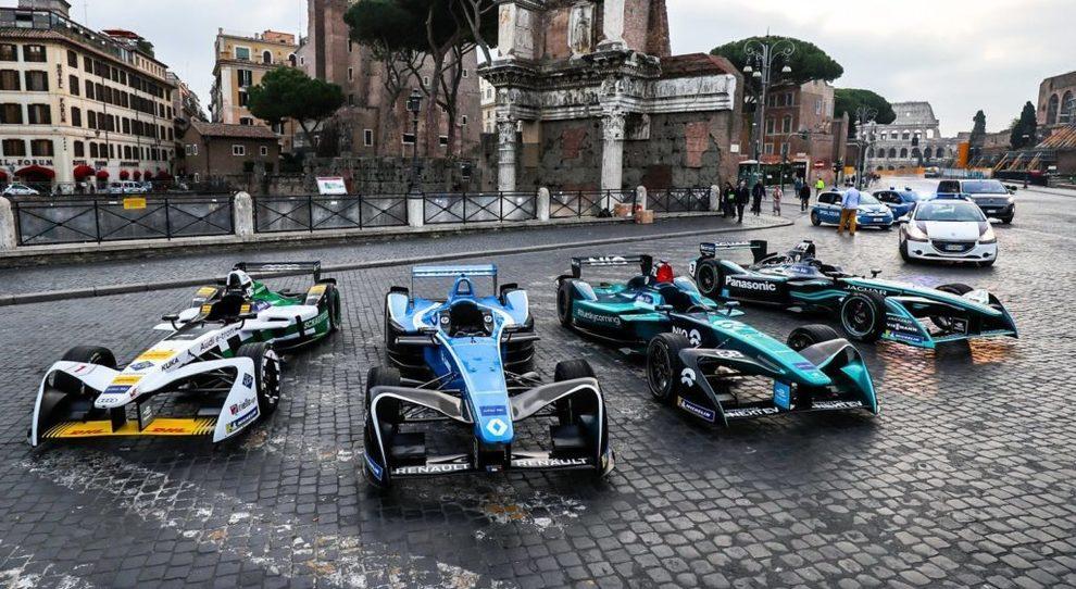 Le monoposto di Formula E sui sampietrini di Roma con sullo sforndo il Colosseo
