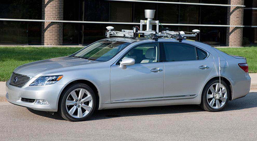 Una Lexus a guida autonoma durante un test nel centro ricerche Toyota