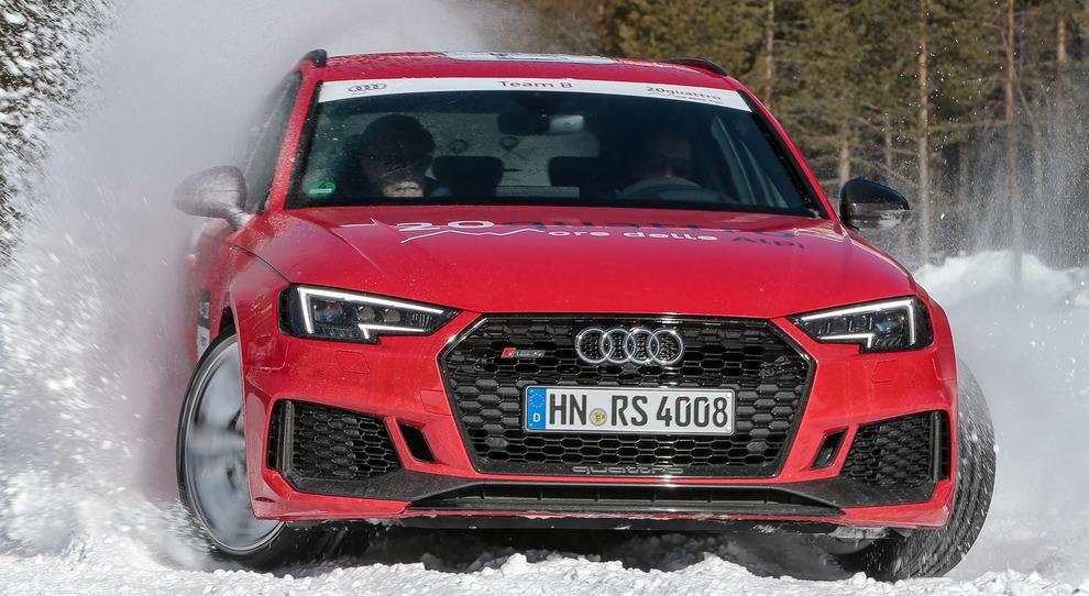 L'Audi RS4 mentre danza sulla neve in una delle prove della 20quattro ore delle Alpi