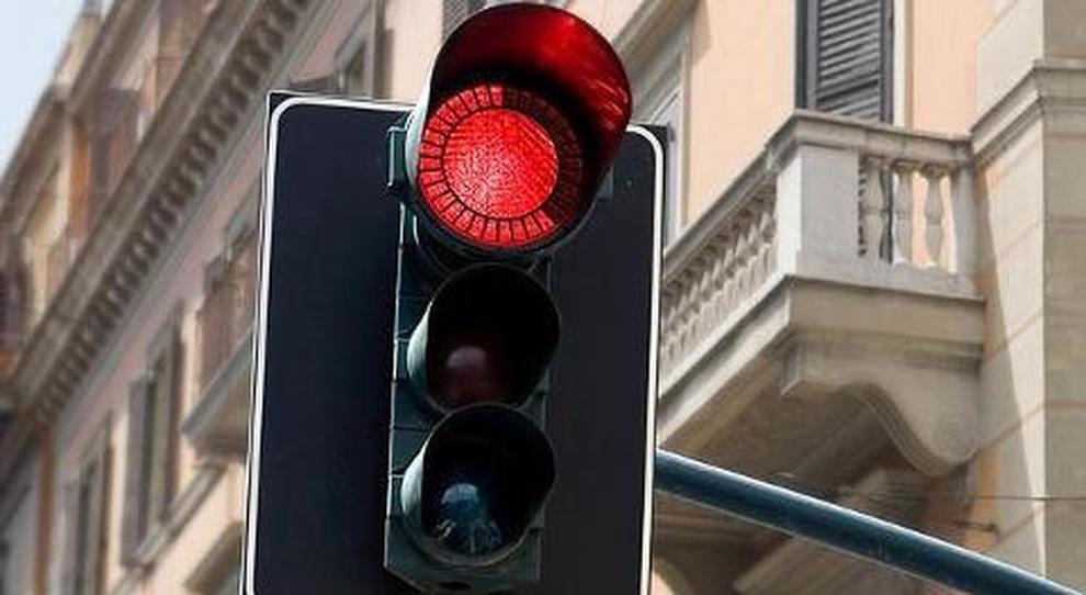 La multa per chi passa con il rosso vale anche per il giallo lampo