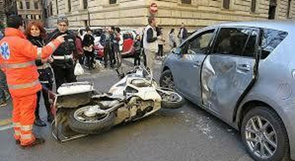 Un incidente tra auto e moto