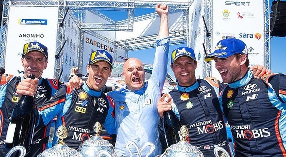 Andrea Adamo (al centro) festeggia la vittoria nel titolo WRC a squadre con i piloti Hyundai