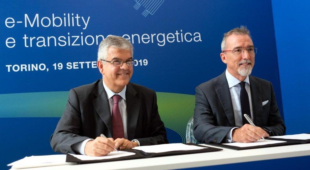 Da destra il responsabile Fca per le attività europee, Pietro Gorlier, che firma l'accordo con l'ad di Terna, Luigi Ferraris