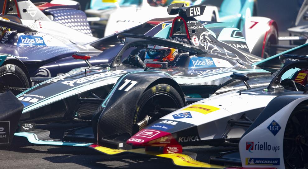 Una concitata fase di un E-Prix di Formula E