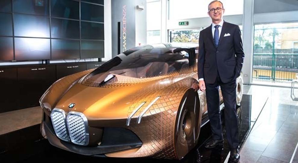 Sergio Solero, presidente di Bmw Italia a fianco la Vision Next 100