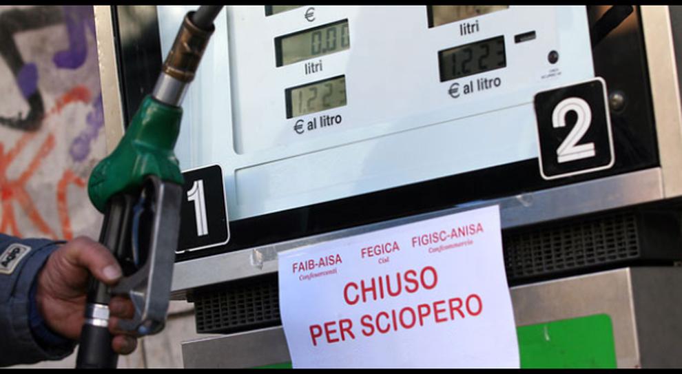 Sciopero benzinai il 26 giugno: Protesta contro fattura elettronica: «Rete distributiva rischia paralisi»