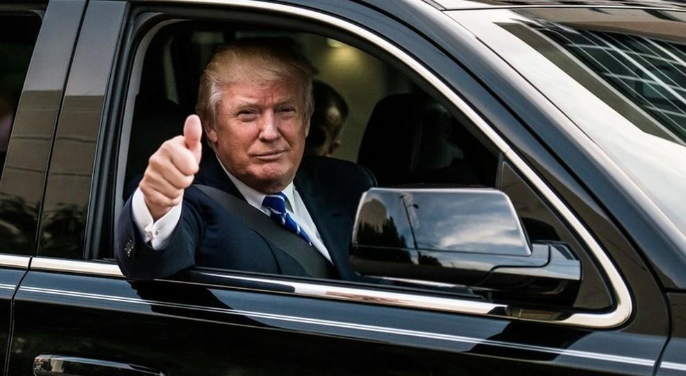 Donald Trump a bordo di The Beast, il nome con cui è chiamata la limousine presidenziale