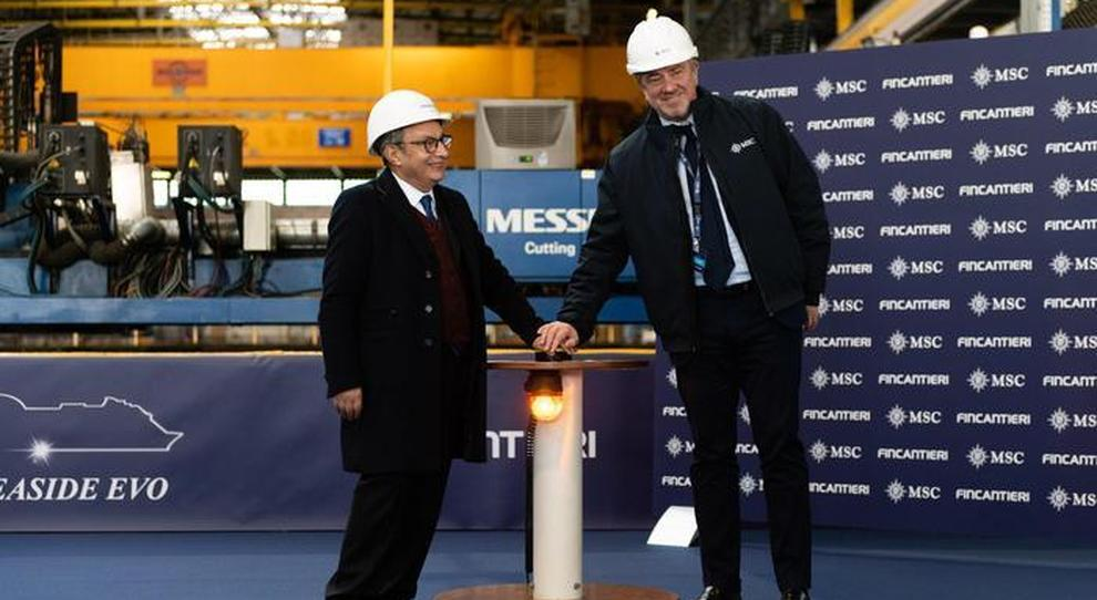 Da destra l'Executive Chairman di MSC Crociere, Pierfrancesco Vago e l'ad di Fincantieri, Giuseppe Bono durante la cerimonia del taglio della lamiera