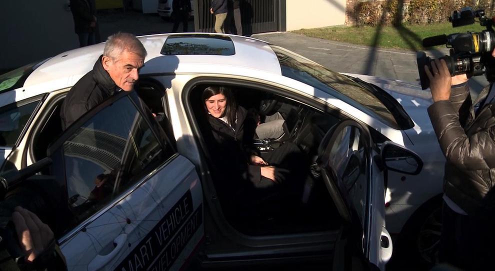il presidente della Regione Piemonte, Sergio Chiamparino e la sindaca Chiara Appendino mentre salgono sull'auto a guida autonoma a Torino