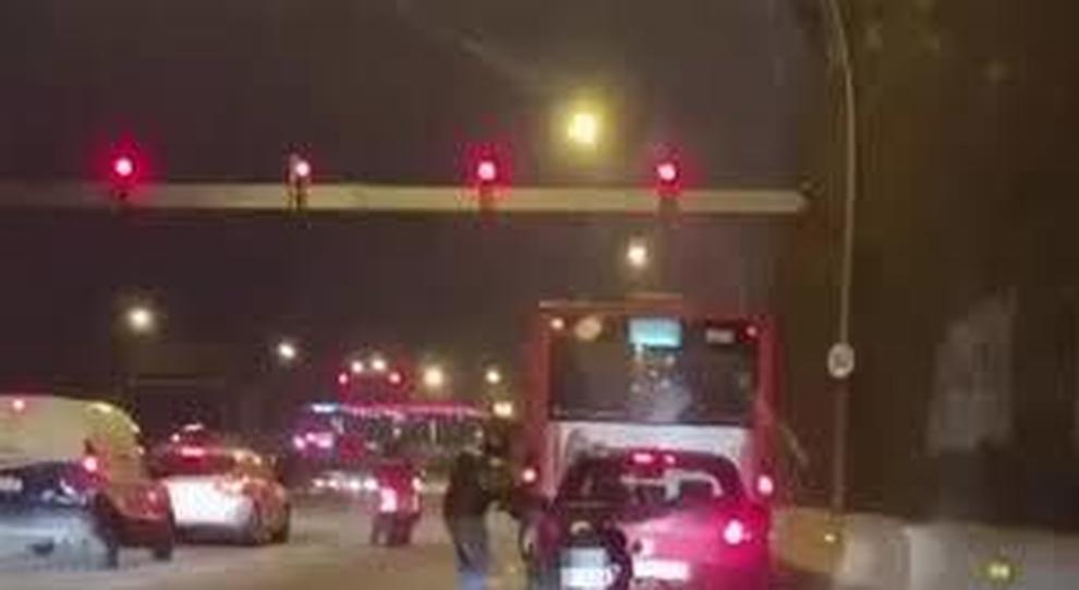 Lite in strada: motociclista aggredisce automobilista e fugge