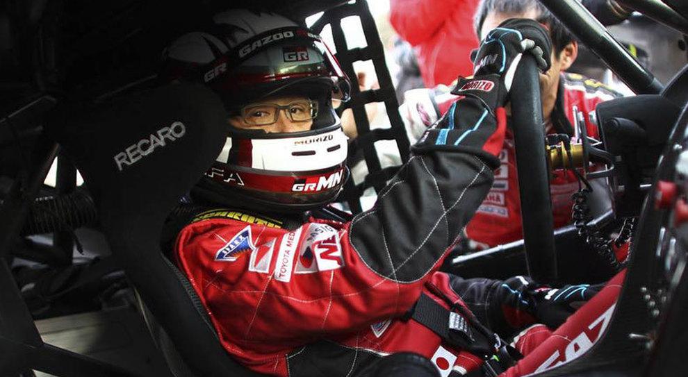 Akyo Toyoda, presidente e ceo di Toyota, in tuta e casco dentro un bolide della csa giapponese mentre si appresta a scendere in pista da pista