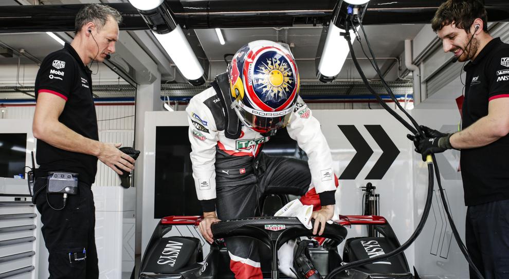 André Lotterer mentre entra nella Porsche di Formula E