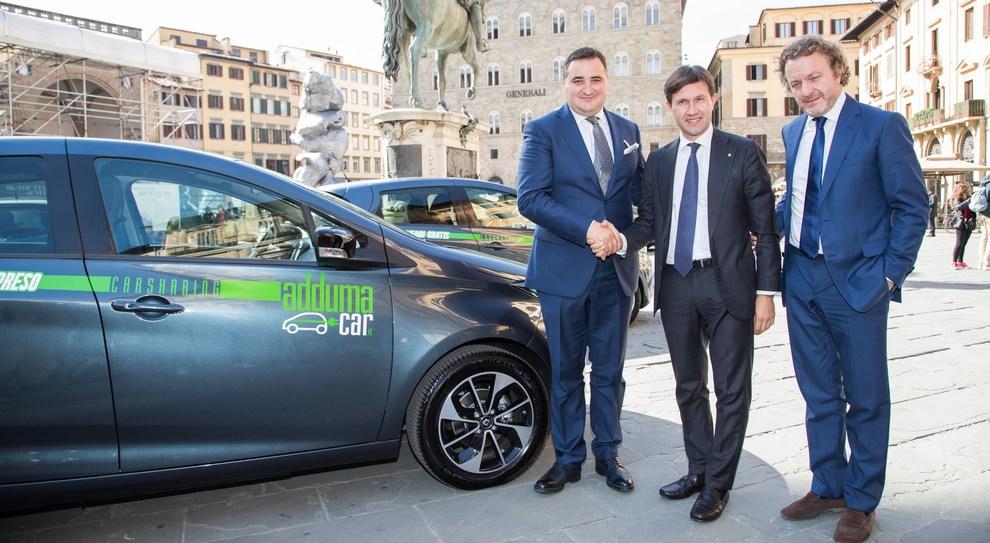 da sinistra Antonino Campione amministratore di Adduma Car, il sindaco di Firenze Dario Nardella e Francesco Fontana Giusti, Direttore Comunicazione & Immagine di Renault Italia