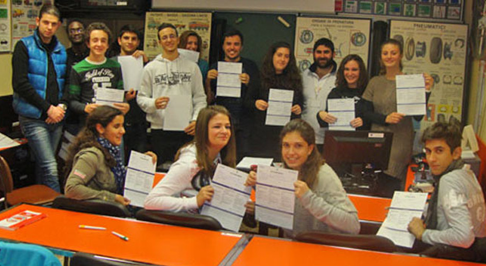 Un gruppo di ragazzi che hanno ottenuto l'Ecopatente