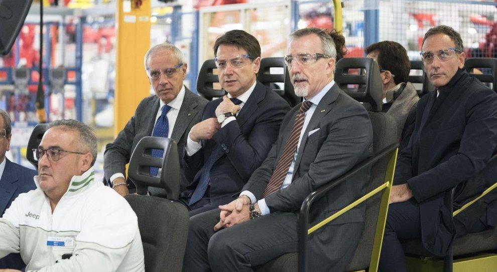 Da sinistra, Paolo Scudieri, presidente Anfia, il premier Giuseppe Conte e Paolo Gorlier, responsabile Emea del gruppo Fca