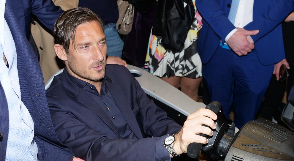 Totti e De Rossi alla serata per la Formula E: in via Frattina musica e scambio di maglie