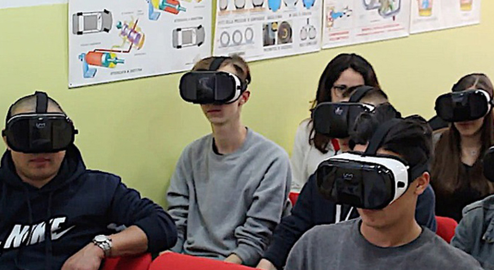 Ragizzi in autoscuola si preparano per l'esame della patente con il visore per la realtà virtuale