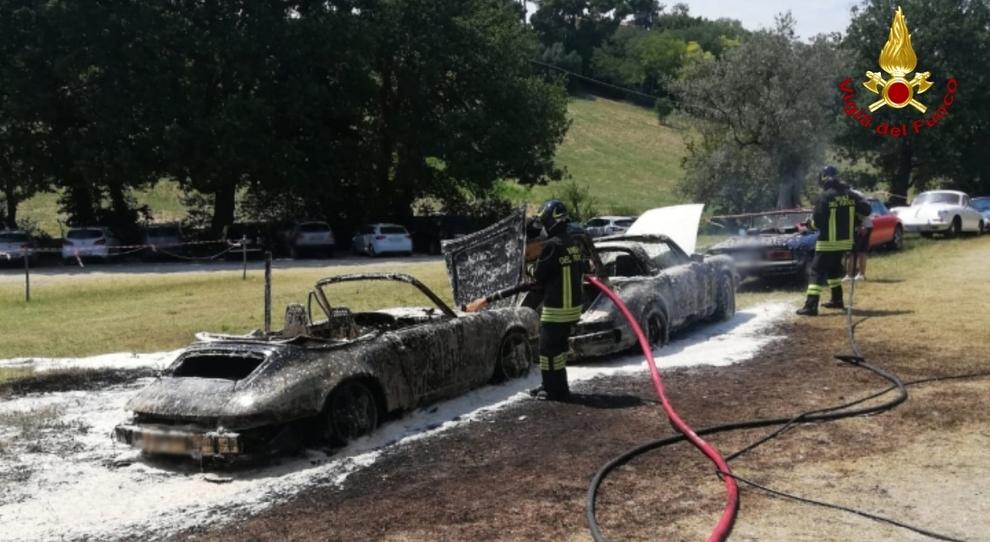 Le Porsche d'epoca distrutte dalle fiamme a Sirolo