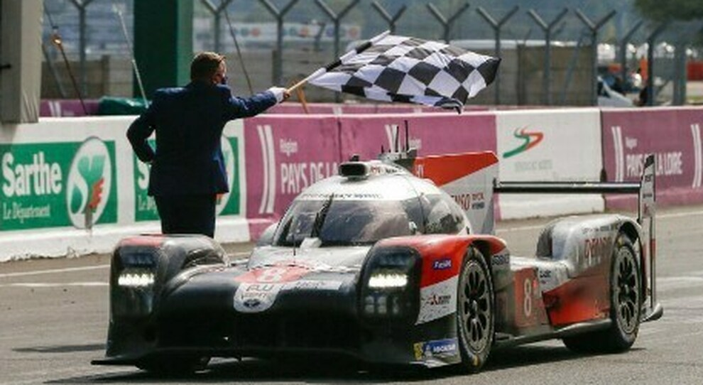 La Toyota TS50 numere 8 taglia il traguardo dell'edizione numero 88 della 24 Ore di Le Mans