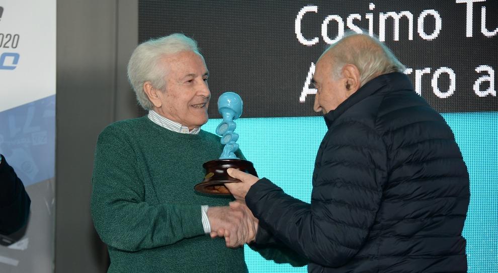 Il momento della consegna del casco azzurro a Cosimo Turizio da parte di Corrado Ferlaino