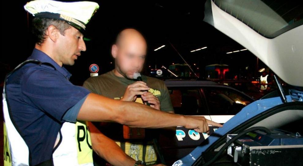 Un controllo della Polizia con l'Etilometro