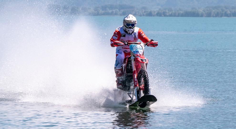 Luca Colombo con la moto da cross sul lago di Como