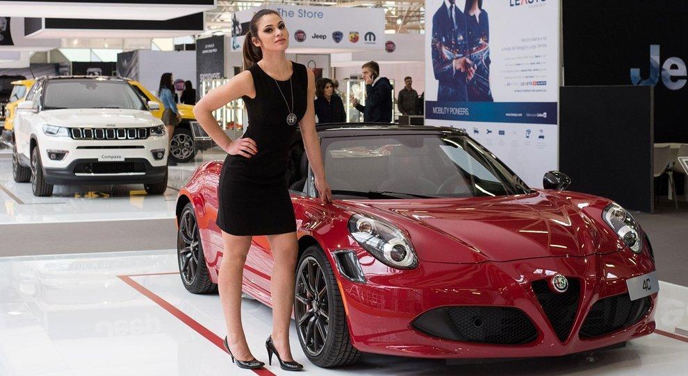 Una modella davanti l'Alfa Romeo 4C