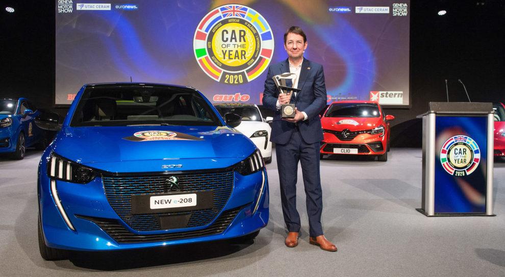 La Peugeot 208 vincitrice dell'auto dell'anno 2020. La consegna del trofeo effettuata dal presidente della giuria, Frank Janssen, giornalista del periodico tedesco Stern, tra gli organizzatori storici dell'evento