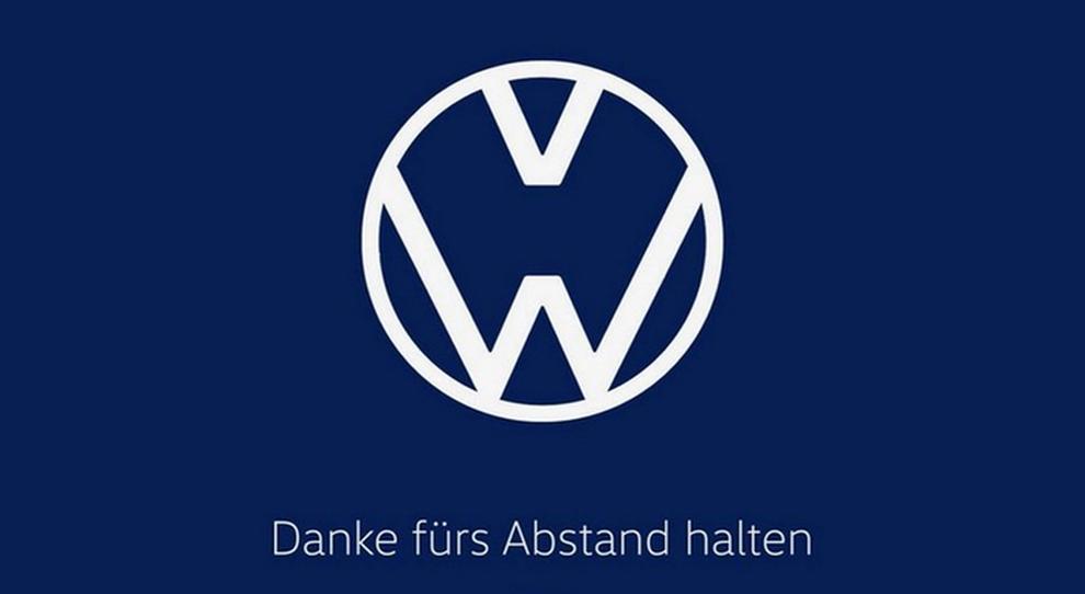 """Volkswagen cambia marchio per ricordare di """"state lontani"""". Diess: «I comportamenti sono decisivi per frenare diffusione»"""