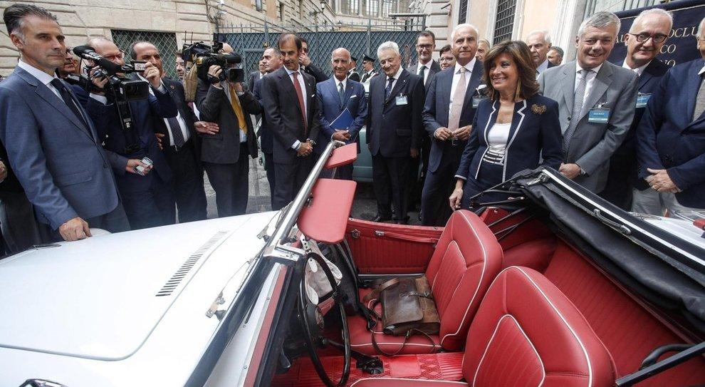 Il presidente del Senato Maria Elisabetta Alberti  Casellati visita l'espozione di auto d'epoca durante l'evento sotto il Senato dell'Automotoclub storico italiano