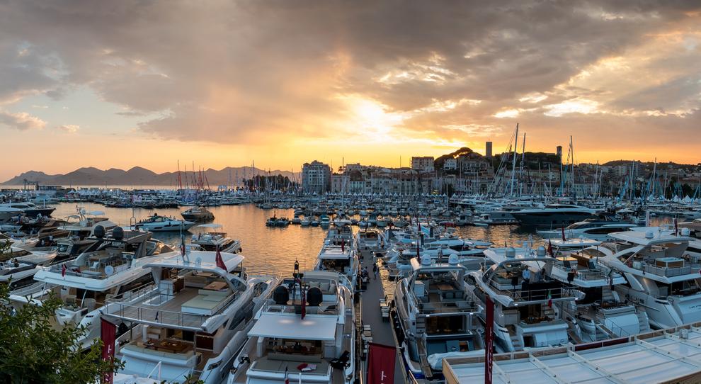Una panoramica del porto di Cannes