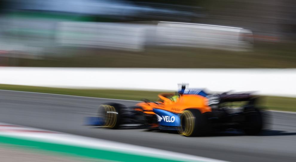 La McLaren in azione con Norris ai test pre campionato di Barcellona