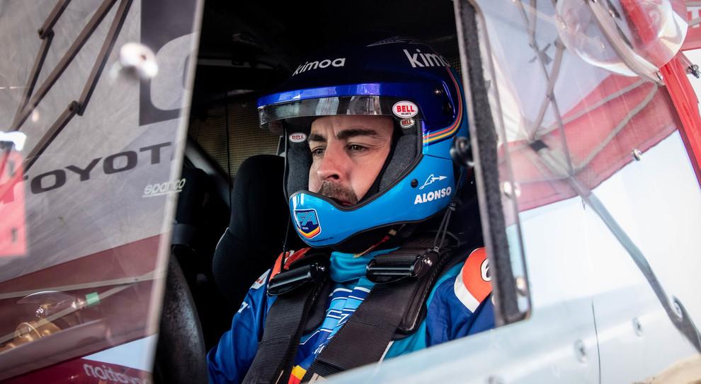 Fernando Alonso al volante della Toyota Hilux in Namibia