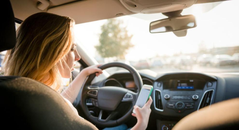 L'uso del cellulare durante la guida potrebbe essere sanzionato pesantemente a breve