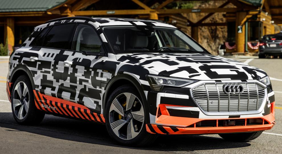 L'Audi e-tron con la livrea camuffata