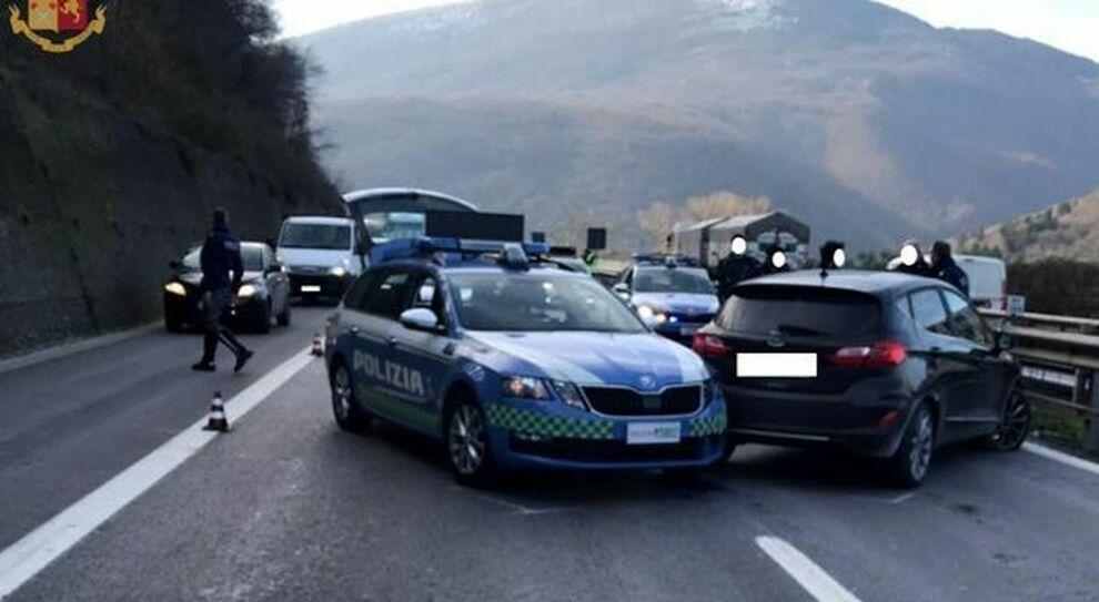 L'auto fermata dalla Polizia Stradale sulla A1 mentre era contromano