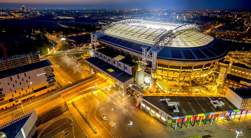 La Johan Cruijff Arena di Amsterdam illuminata dalle batterie elettriche di Nissan