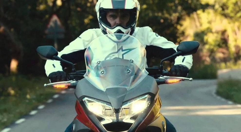 Una moto con i fari accesi