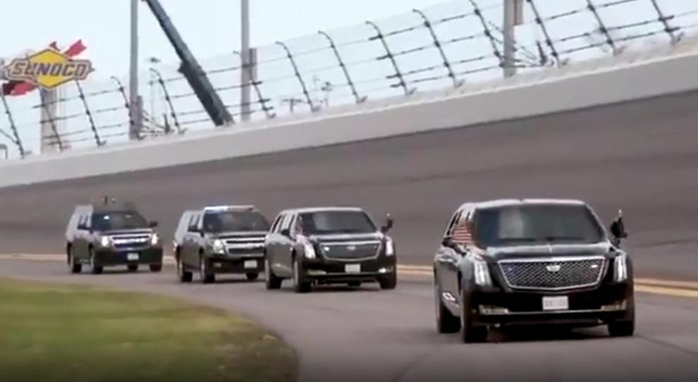 Il corteo presidenziale con la Limousine di Trump sull'anello di Daytona per la 500 miglia