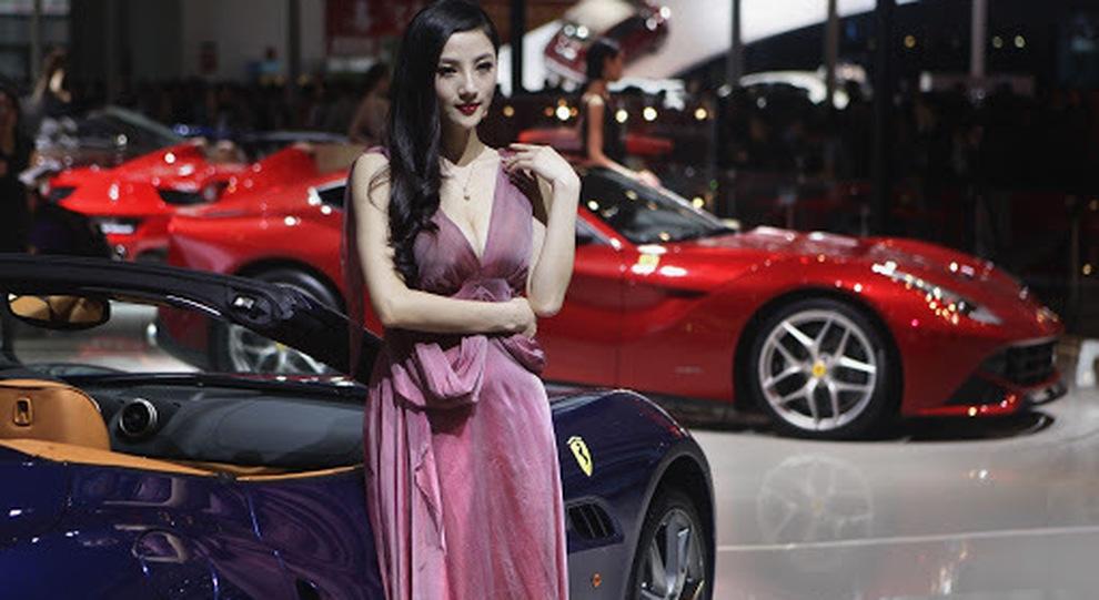 Una modella allo scorso salone dell'auto di Pechino