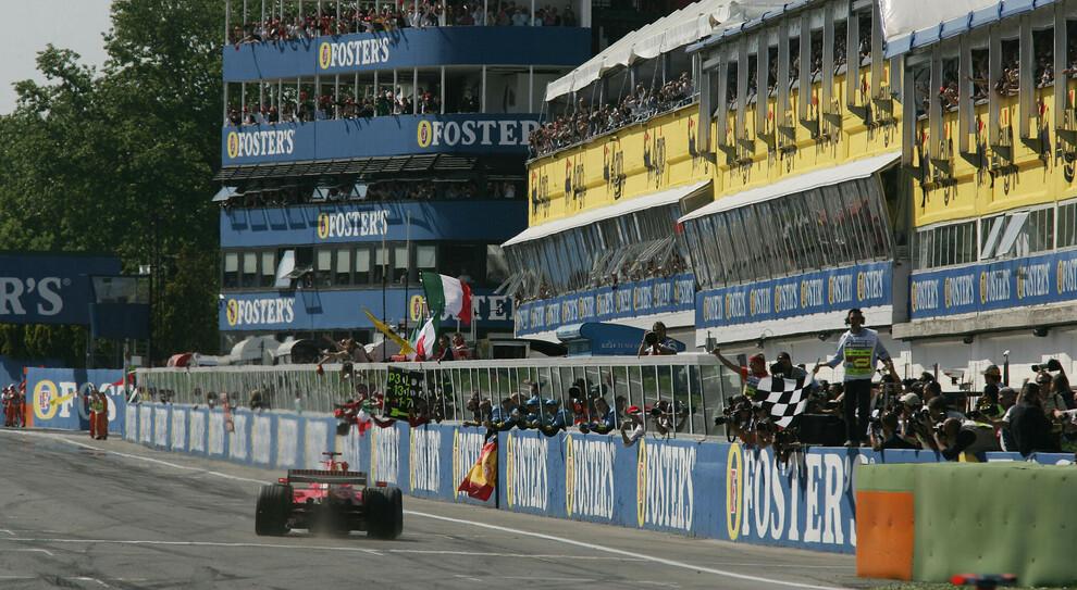 L'arrivo del GP di San Marino 2006 a Imola con la vittoria di Michael Schumacher su Ferrari