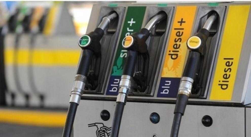 Una pompa di benzina con il carburante Diesel+
