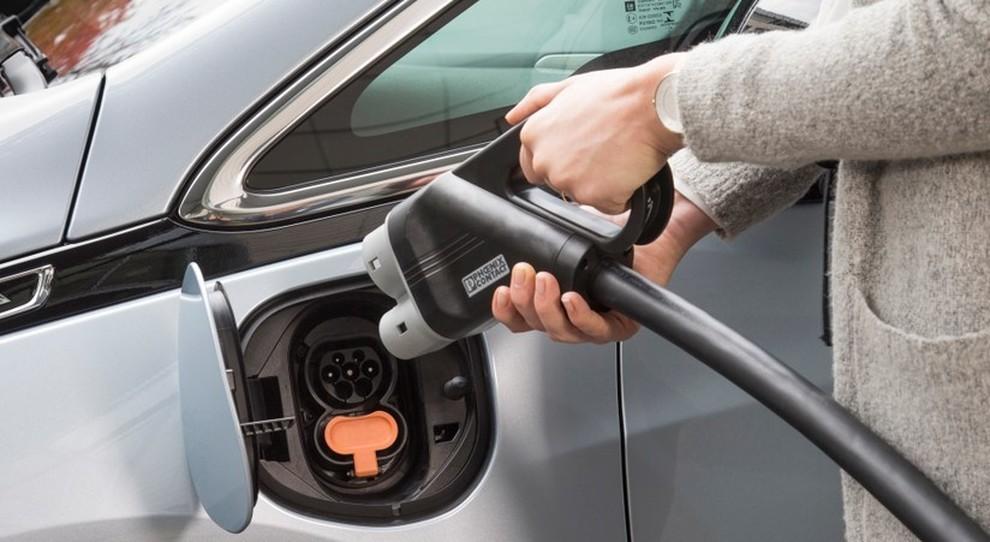 La ricarica di un'auto elettrica