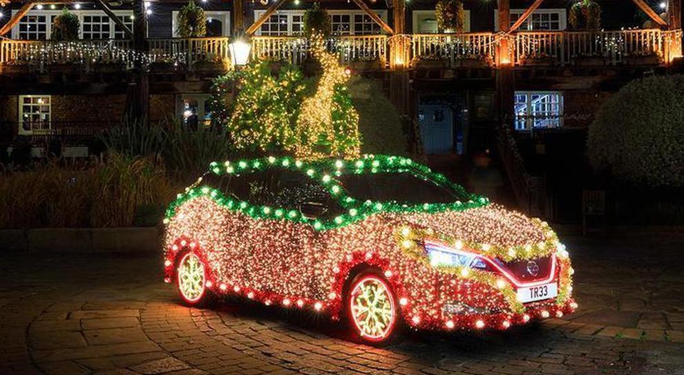 La Nissan Leaf trasformata in luminaria di Natale