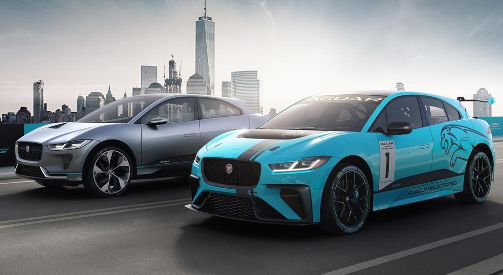 La Jaguar I-Pace (a sinistra) affiancata dalla versione che darà vita al monomarca e-Trophy