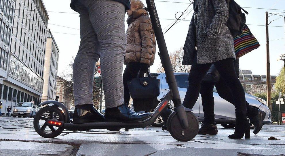 Monopattini elettrici come le bici: nuove regole, dopo il caos multe potranno circolare